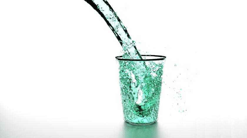 Él dice que el 20 por ciento provienen de los alimentos que contienen mucha agua y que eso se puede traducir en al menos ocho vasos de agua.(Pixabay.)
