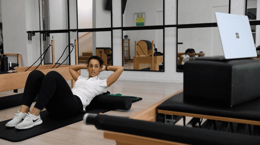 La fisioterapeuta australiana Tara Dighton, haciendo una clase de Pilates para pacientes en casa.(EFE/EPA/BIANCA DE MARCHI)