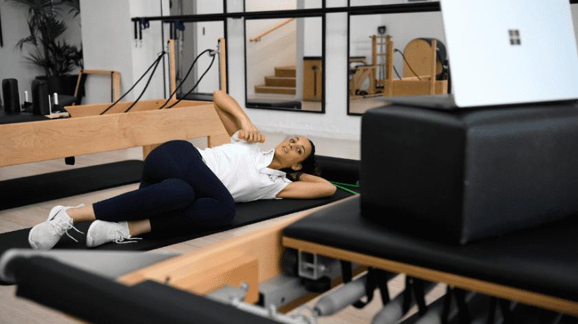 La fisioterapeuta australiana Tara Dighton, haciendo una clase de Pilates para pacientes en casa utilizando en la mano una mancuerna.(EFE/EPA/BIANCA DE MARCHI)