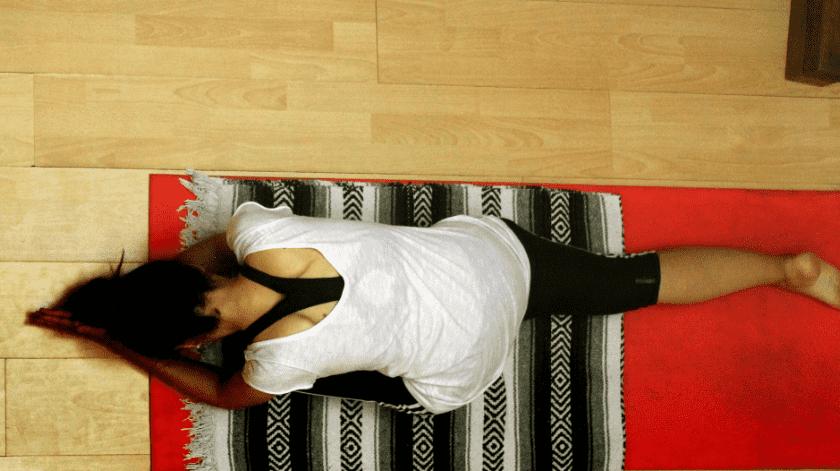 Una personas estirando su pierna durante una clase.(EFE/Mariana González)