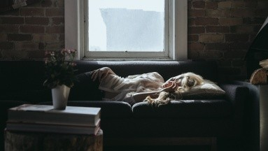 Durante este estado, el organismo busca estar insomne y al no dormir las personas se deprimen y tienden a estar cansadas.