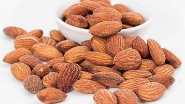 124, 329 participantes fueron incluidos en el estudio, excluyendo a los participantes que no fueron interrogados sobre el consumo de nueces.