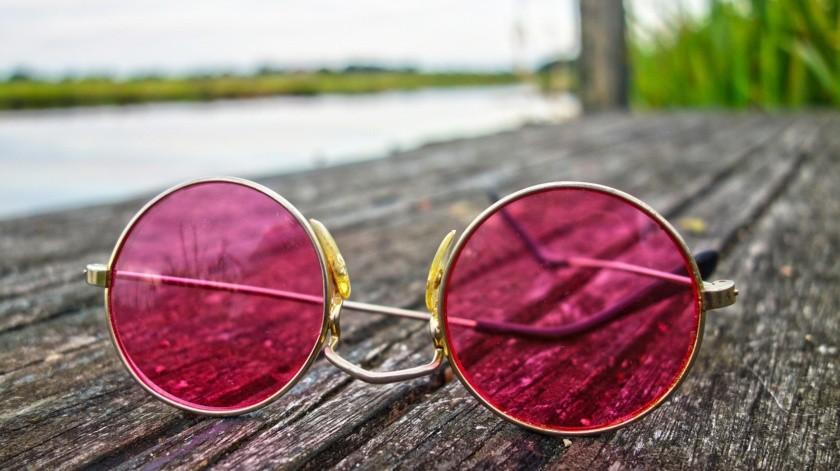 Elige los lentes polarizados. Este tipo de lente puede reducir los reflejos de superficies horizontales, como el agua, la nieve y el capó de un auto.(Pixabay.)