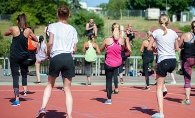De acuerdo a Medlineplus, si tienes la oportunidad de tener un compañero de ejercicio puedes disfrutar más de la actividad.