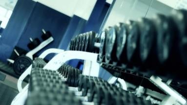 Sin embargo, es posible que los gimnasios ubicados en áreas con tasas más altas de COVID puedan ser más riesgosos.