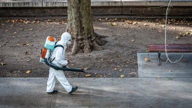 Aclara que en casas y negocios la posibilidad de contagio a través del suelo es muy mínima.