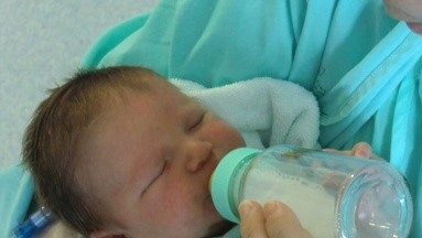 El portal Bebe y Más comparte algunos consejos prácticos para poder ayudar al bebé a adaptarse al biberón.