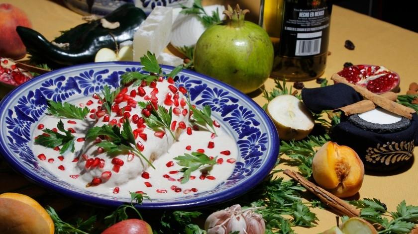 Los chiles en nogada con un platillo representativo de la comida mexicana, cuyos ingredientes tienen beneficios para la salud.(Notimex/Archivo Grupo Healy)