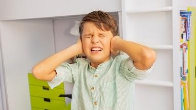 Los niños aprenden las conductas de sus padres y es común que en las familias  donde los padres estés sometidos a estrés constante, puedan transmitir esa ansiedad  a sus hijos.