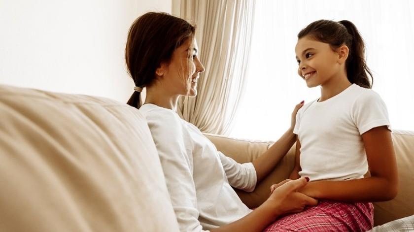 La edad ideal para hablar con tu hija sobre menstruación varía dependiendo de la madurez emocional de cada niña.(Shutterstock)
