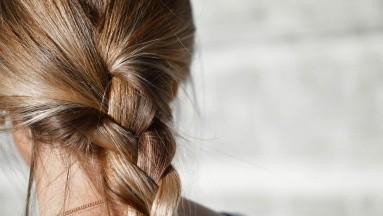 Muchas mujeres e incluso hombres que tiene el cabello largo, acostumbran a dormir con el cabello amarrado, pero esto lejos de beneficiarlo lo que hará será causar muchos problemas