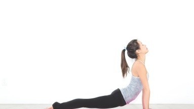 Esta postura tiene una técnica muy poco complicada, sólo debes tumbarte boca abajo utilizando los músculos de la espalda para subir la cabeza y la parte superior del torso.