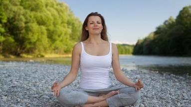 Meditar es un antídoto contra el frenesí del mundo moderno y ahora que la naturaleza nos ha obligado a parar, encuentra un eco mayor afirman expertos.