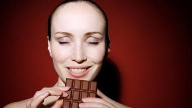 El chocolate, específicamente el cacao, tiene un alto contenido de magnesio, que generalmente se mantiene bajo en tu cuerpo cuando estás en tu síndrome pre-menstrual.