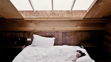 Dormir en una habitación con luz, levantarse para revisar el celular o la laptop, usar la luz del baño o la luz de una habitación cercana, la televisión o un dispositivo móvil, pueden interrumpir tu sueño.