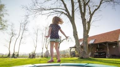 Los niños y los adolescentes se pueden lesionar la rodilla en caídas y otros tipos de accidentes.