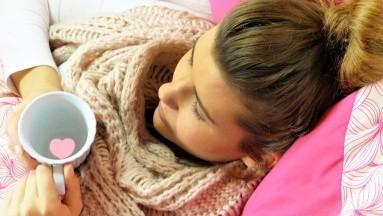 las mujeres son más propensas que los hombres a tener otros síntomas como dolor de espalda, dolor de la mandíbula, falta de aliento, indigestión y náuseas/vómitos.