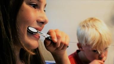 Enseña a los niños a cepillarse la lengua para tener un aliento fresco y remover gérmenes.