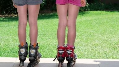 Actividades como patinar, correr o andar en bicicleta pueden ser ideales para mantener a los niños activos.
