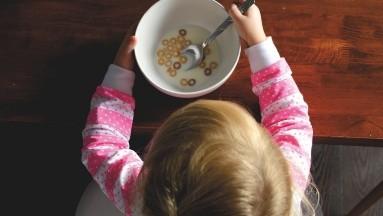 ¿Tu hijo no desayuna? ¡No lo obligues! Expertos aclaran falsos mitos