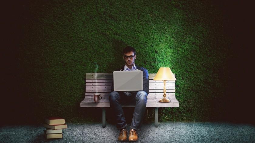 Si no tienes opción de cambiar tu horario de trabajo puedes comenzar con algunos conseos para poder tener un sueño más reparador a pesar de ser de día.(Pixabay.)