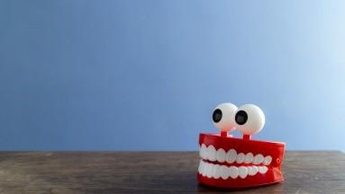 Cuando sufres de la enfermedad de las encías empiezas a notar que siempre las tienes inflamadas, sangrado, dientes sensibles, encías retraídas y mal aliento.
