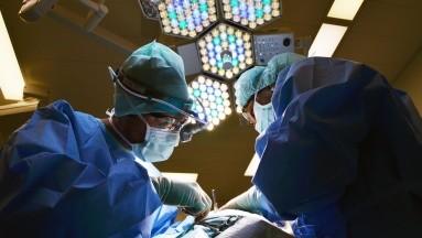 Muchas mujeres deciden sustituir los implantes y aquellas que no los sustituyen quizás puedan tenerhoyuelos, arrugas, o caída del seno natural.