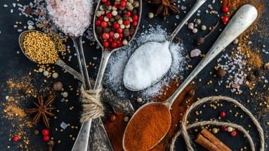 Las alternativas que puedes utilizar para reducir la ingesta de sal, son muy variadas.