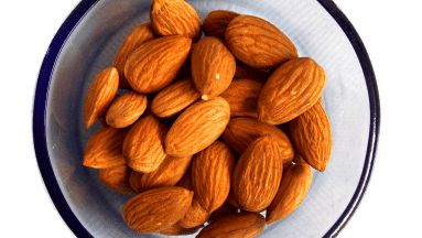 La harina de almendras tiene más fibra y absorbe hasta dos veces más líquido que la harina de trigo, debido a la ausencia de gluten.