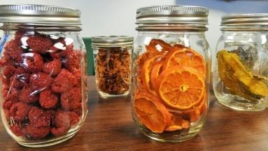 Las frutas que se oxidan, como manzanas o peras, se deben sumergirdurante un minuto en una solución de agua y zumo de limón. También puedes agregar una pizca de bicarbonato de sodio.