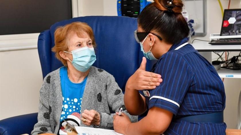 Margaret Keenan, de 90 años, fue filmada y fotografiada mientras se le administró la vacuna -en torno a las 6.30 GMT- en el Hospital Universitario de Coventry, en el centro de Inglaterra.(Foto: EFE)