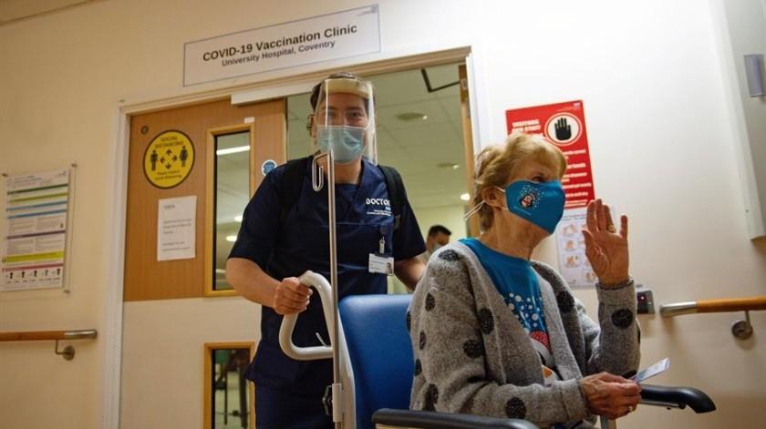 A sus 90 años, Margaret Keenan fue la primera mujer en el Reino Unido en recibir la vacuna de Pfizer contra el Covid-19.(Foto: EFE)