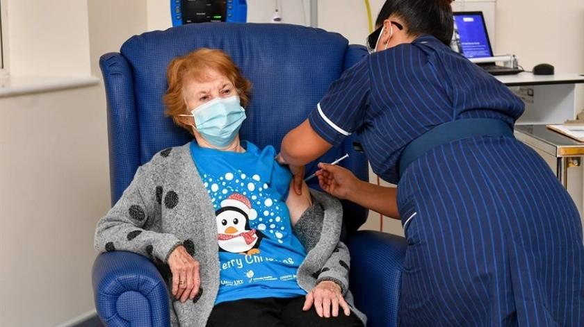 Una enfermera de origen filipino aplicó la vacuna a Margaret Keenan.(Foto: EFE)