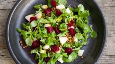 Esta ensalada de betabel, lentejas y pera está repleta de nutrientes y es especialmente deliciosa para acompañar tu proteína favorita.