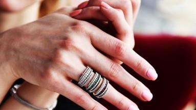 Las uñas saludables son lisas, sin marcas ni surcos. Tienen un color y una consistencia uniformes, sin manchas ni decoloración.