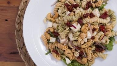 Mezclar ingredientes saludables en ensaladas es una de las mejores maneras de agregar todos los nutrientes que necesitas en una comida.