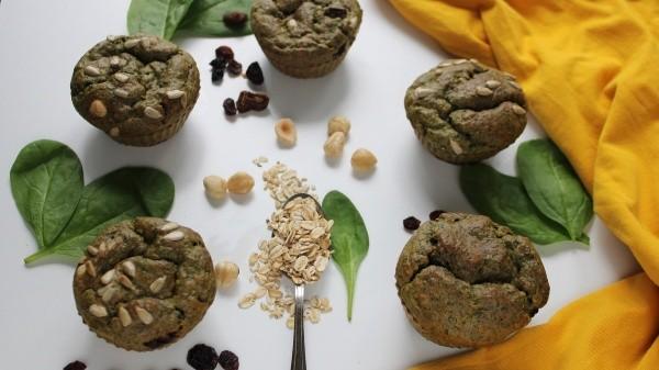 Para darle eso que nuestro organismo pidesin tener que preocuparnos por el exceso de calorías, trata de consumir alimentos que te nutran como estos muffins deliciosos y saludables de avena, espinaca y nuez de macadamia.