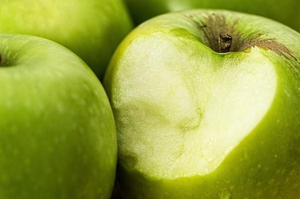 La manzana verde es una de las frutas con menos calorías que puede ayudarte a bajar de peso de manera natural.