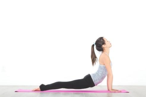 Las posiciones de yoga son excelentes para evitar que los cólicos ataquen cada mes.